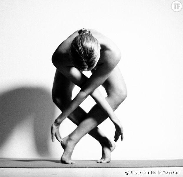 L'instagrameuse Nude Yoga Girl pratiquant le yoga nu.