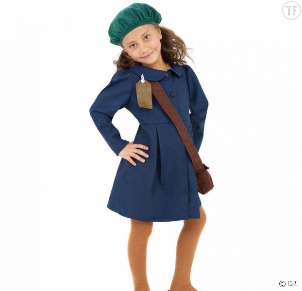 """Une petite fille portant le """"déguisement"""" d'Anne Frank."""