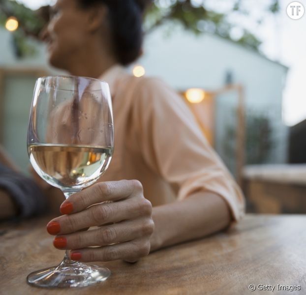 Photo d'illustration - une femme tenant un verre d'alcool.