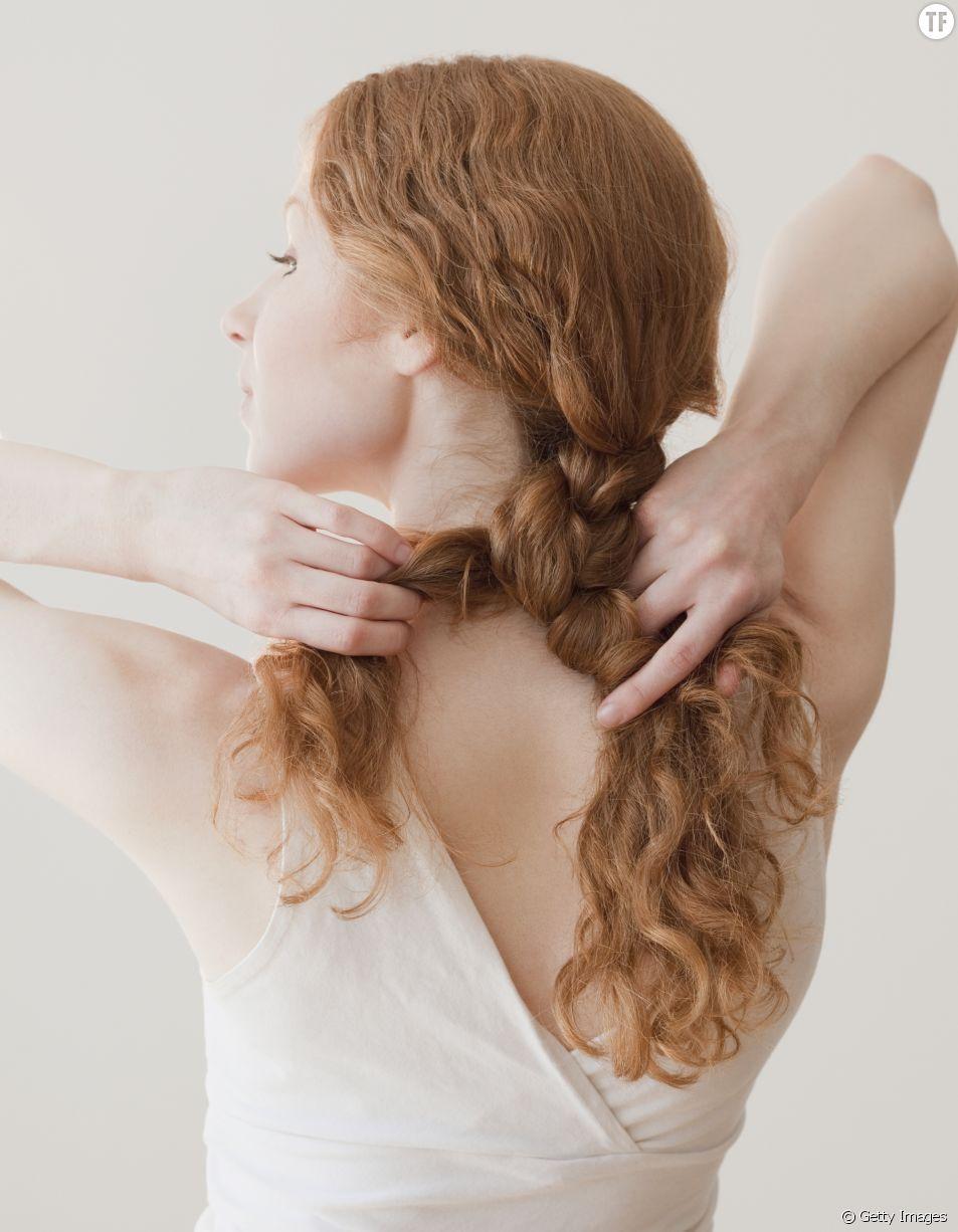 Photo d'illustration d'une femme se faisant une tresse.