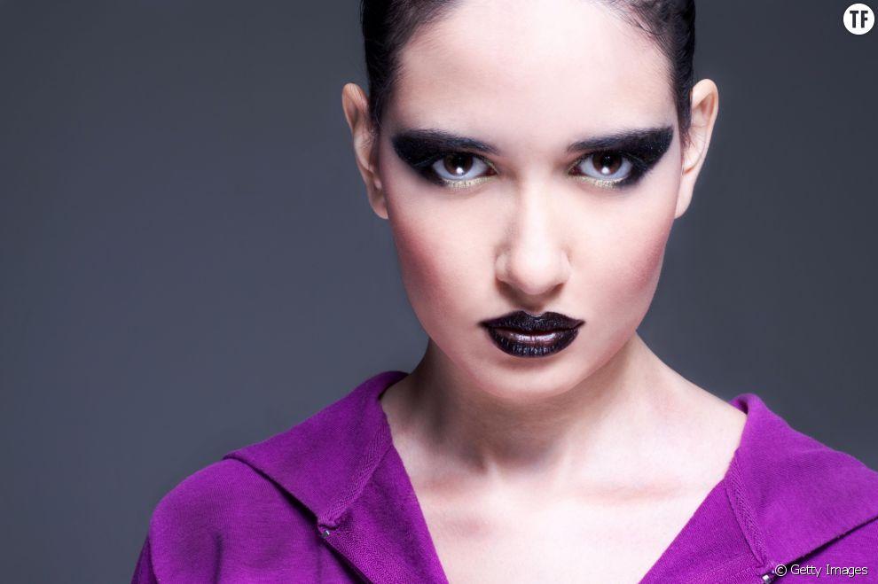 Comment appliquer un rouge à lèvres foncé ?