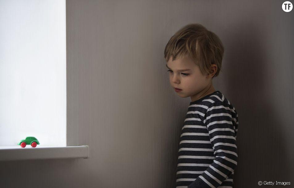 Photo d'illustration d'un enfant autiste isolé.