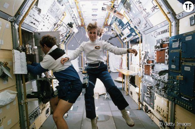 Jan Davis et Mark Lee, le premier couple marié dans l'espace, à bord de la navette Endeavour.