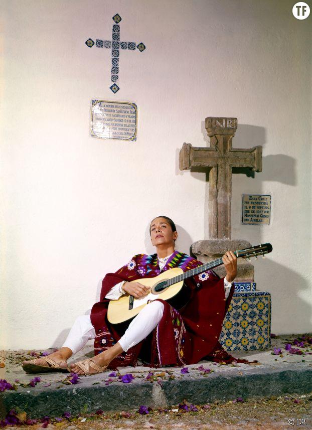 Chavela Vargas avec son légendaire Poncho et sa guitare.