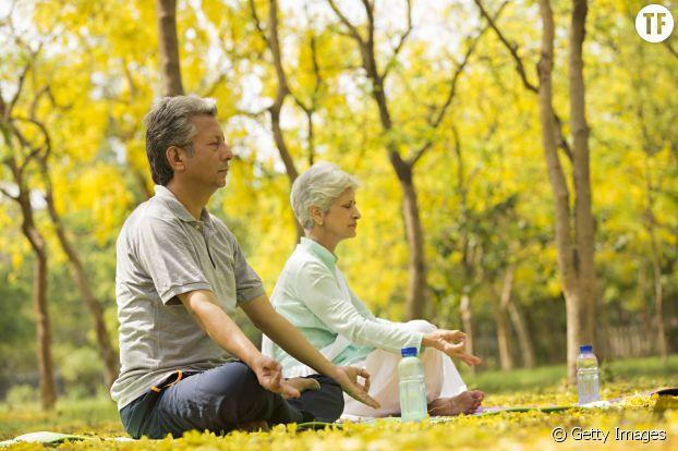 Photo d'illustration d'un couple en pleine méditation.