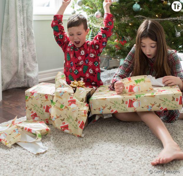 Photo d'illustration d'enfants ouvrant leurs cadeaux le matin de Noël.