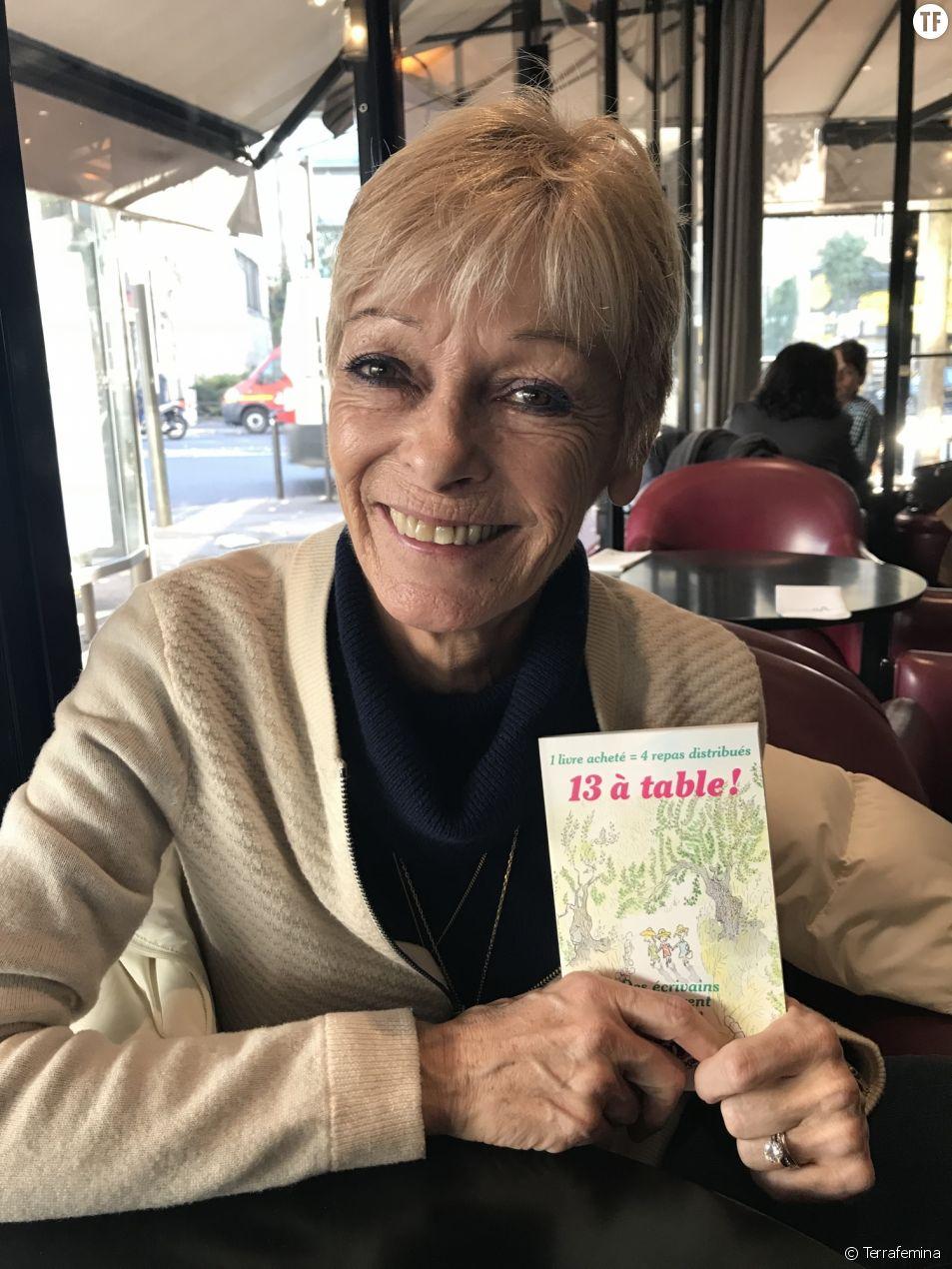 """Françoise Bourdin pose pour Terrafemina avec le livre """"13 à table!""""."""