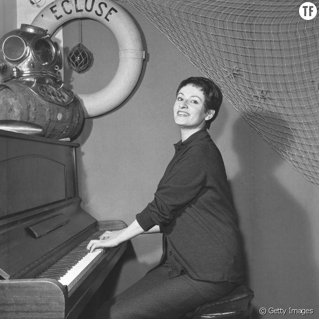 Barbara au piano, à l'Ecluse, Paris rive-gauche années 50.