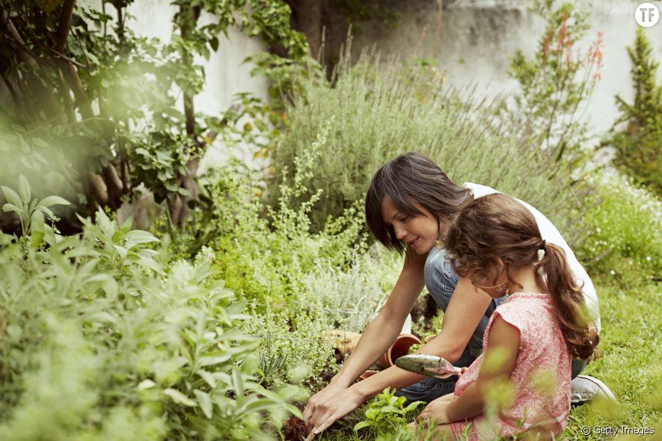 Photo d'illustration d'une femme et d'une petite fille en train de jardiner.