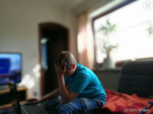 Photo d'illustration d'un adolescent devant son ordinateur.