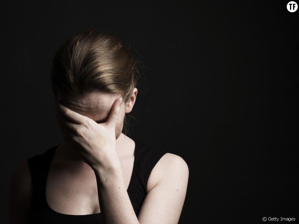Photo d'illustration d'une femme se cachant le visage.
