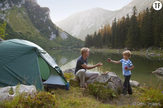 Photo d'illustration d'une famille faisant du camping.