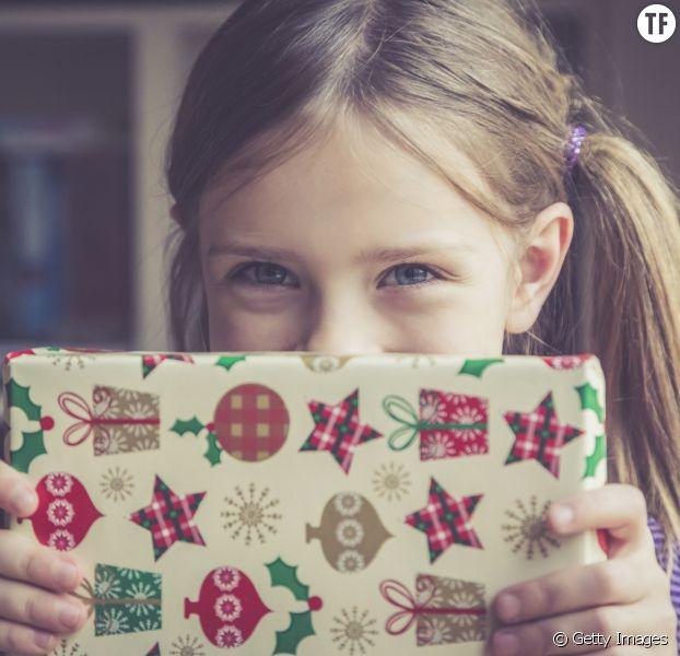 Photo d'illustration d'une petite fille le matin de Noël.