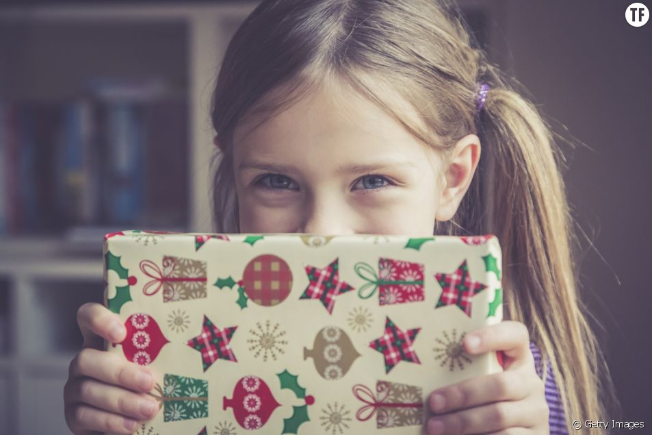 Photo d'illustration d'une petite fille le matin de Noël.