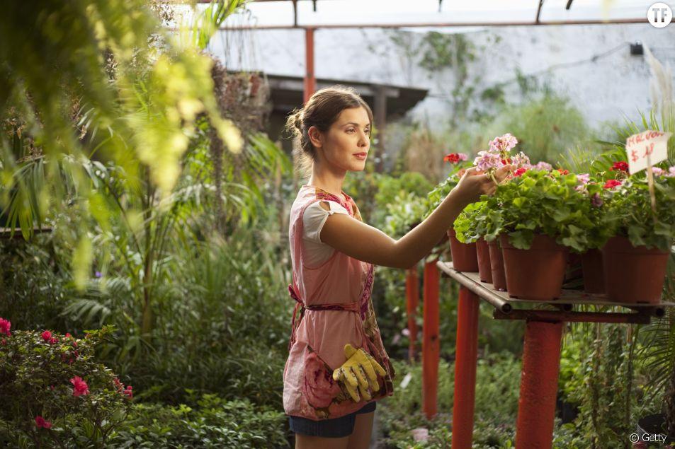 Une femme pratiquant l'hortithérapie.