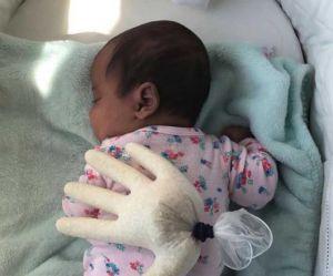 Un gant de riz pour aider bébé à dormir ? L'astuce de cette maman fait débat