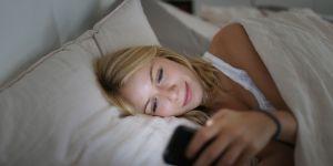 Pourquoi vous ne devriez pas charger votre portable à côté de votre lit