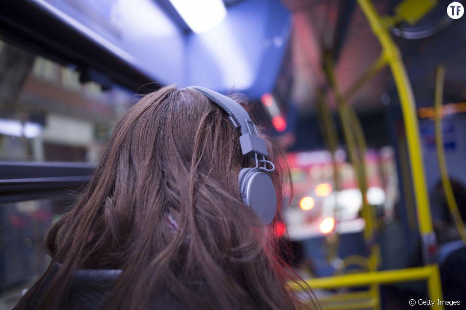 Une jeune femme avec des écouteurs