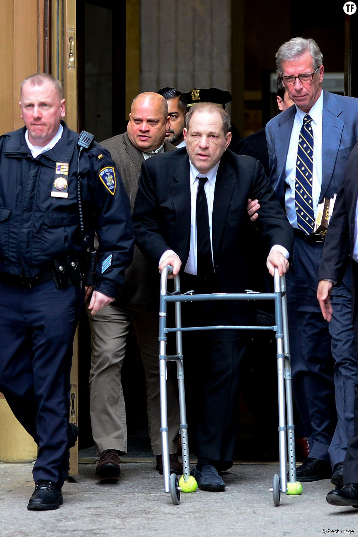 Harvey Weinstein à la sortie du tribunal à New York le premier jour de son procès pour agression sexuelle le 6 janvier 2020.