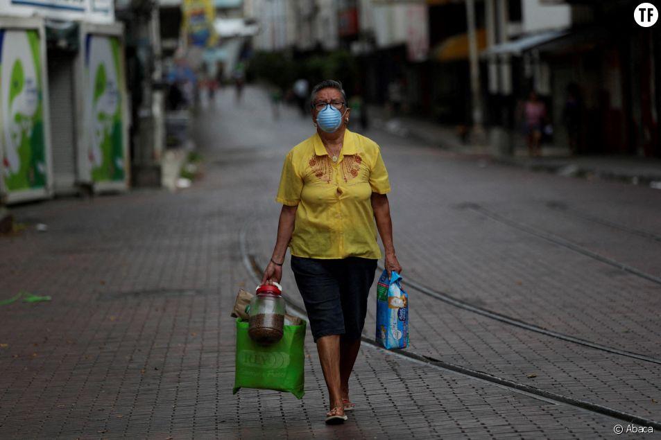 Une femme sort seule dans les rues pendant le confinement à Panama City, le 1er avril 2020