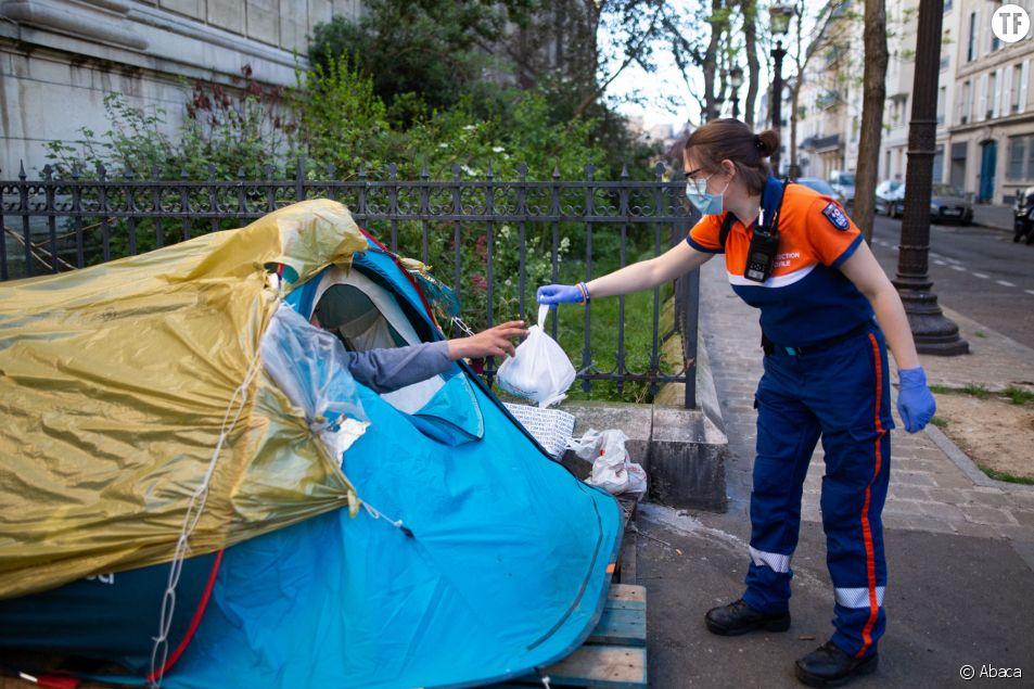 Distribution de nourriture aux SDF par la Protection Civile Paris pendant le confinement le 15 avril 2020