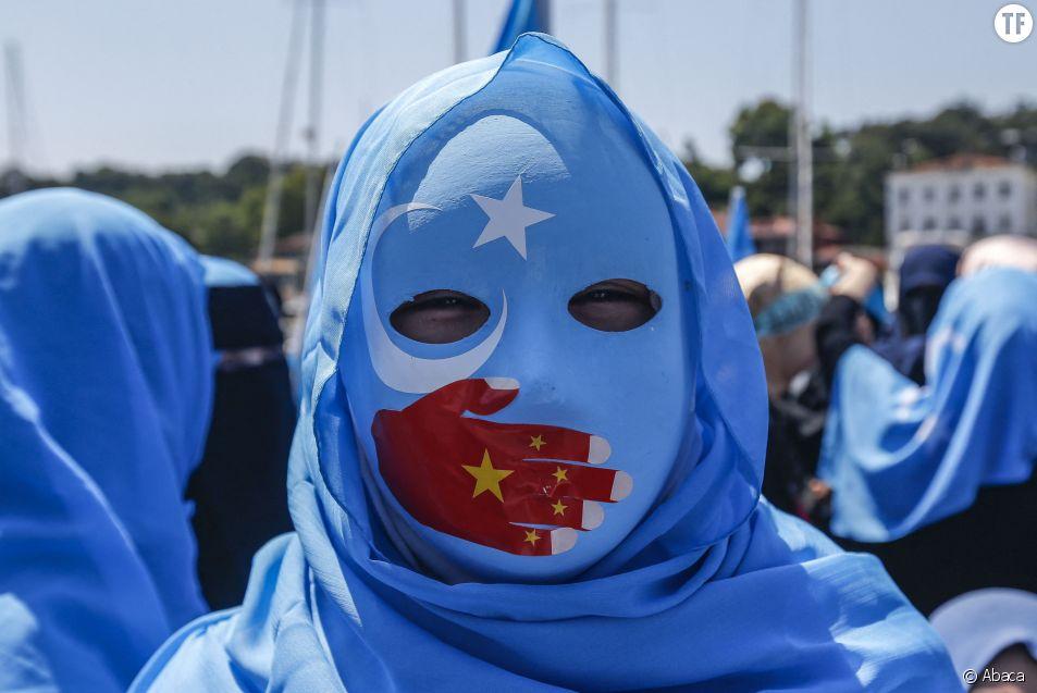 Une femme ouïghoure lors d'une manifestation en soutien à sa communauté chinoise, à Istanbul, en Turquie.
