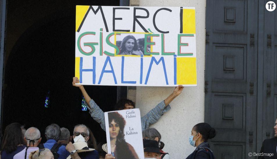 A la sortie des obsèques de Gisèle Halimi au cimetière du Père Lachaise à Paris