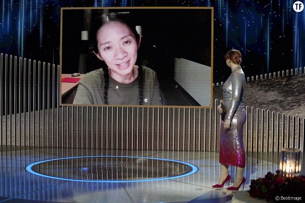 """Chloé Zhao (meilleure réalisatrice pour """"Nomadland"""") lors de la 78ème cérémonie des Golden Globes au Rockefeller Center à New York le 28 février 2021."""