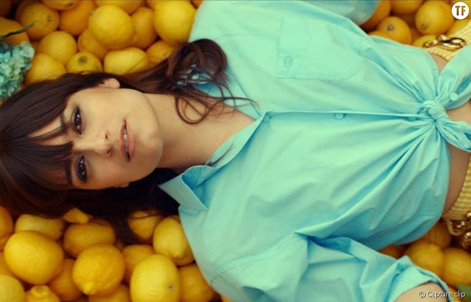 """Clara Luciani dans le clip """"Le reste"""""""