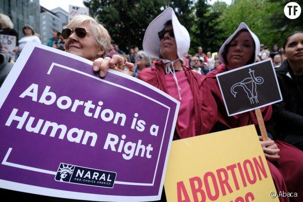 Manifestantes à Portland le 21 mai 2019 contre la militation du droit à l'avortement dans 8 Etats  Les femmes portent des tenues Handmaid's Tale alors que les manifestants remplissent Terry Shrunk Plaza à Portland, OR, États-Unis, le 21 mai 2019, en solidarité avec plus de 400 manifestations à travers le pays contre l'interdiction de l'avortement. Huit États ont adopté des projets de loi limitant la procédure cette année, dont l'Alabama qui est devenu le premier État à imposer une interdiction pure et simple.