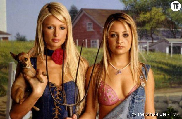 """Les looks cultes so 2000s de Paris Hilton, l'incarnation du """"vulgos"""" ?"""