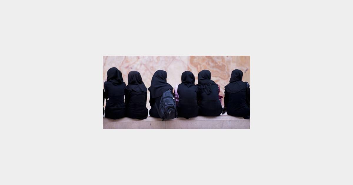 iran avec la chaleur le contr le du port du foulard islamique s 39 intensifie terrafemina. Black Bedroom Furniture Sets. Home Design Ideas