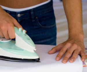 Faire le ménage rend plus heureux les hommes qui vivent en couple