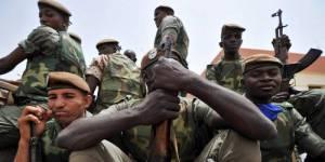 Mali : des femmes et des enfants défient les policiers putschistes