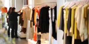 Shopping : crise oblige, les Françaises ont revu leur budget vêtements à la baisse