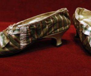 Les souliers de Marie-Antoinette adjugés 62 000 euros à Drouot