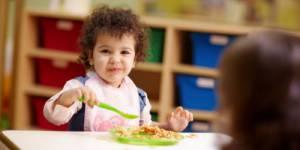 Obésité infantile : un risque plus important pour les enfants gardés en crèche ?
