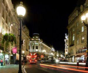 Les vitrines des magasins bientôt éteintes la nuit pour économiser l'énergie ?