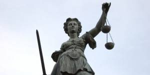 Sexisme : les avocates bordelaises manifestent avec des louches et des spatules