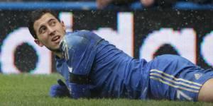 Eden Hazard  frappe un ramasseur de balle lors de Chelsea vs Swansea - Vidéo