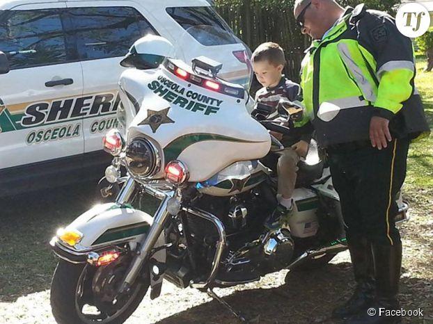 Glenn découvre la moto du shérif local.