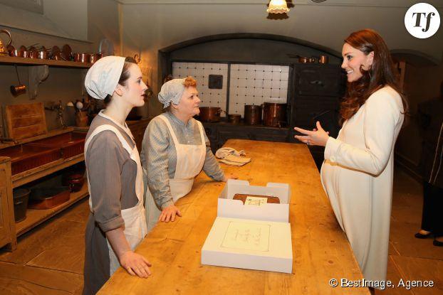 Kate Middleton avec Sophie McShera (Daisy Robison-Mason) et Lesley Nicol (Mrs Patmore)