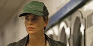 """Gilles Paquet-Brenner, réalisateur de Dark Places : """"Charlize Theron aime prendre des risques"""""""