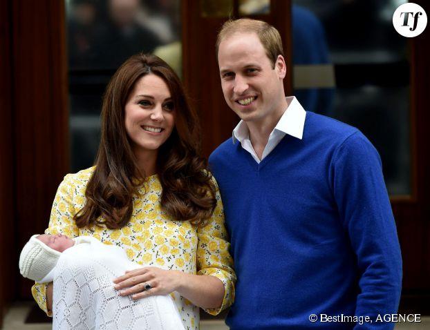 Kate Middleton et William présentent la princesse de Cambridge, le 2 mai 2015.