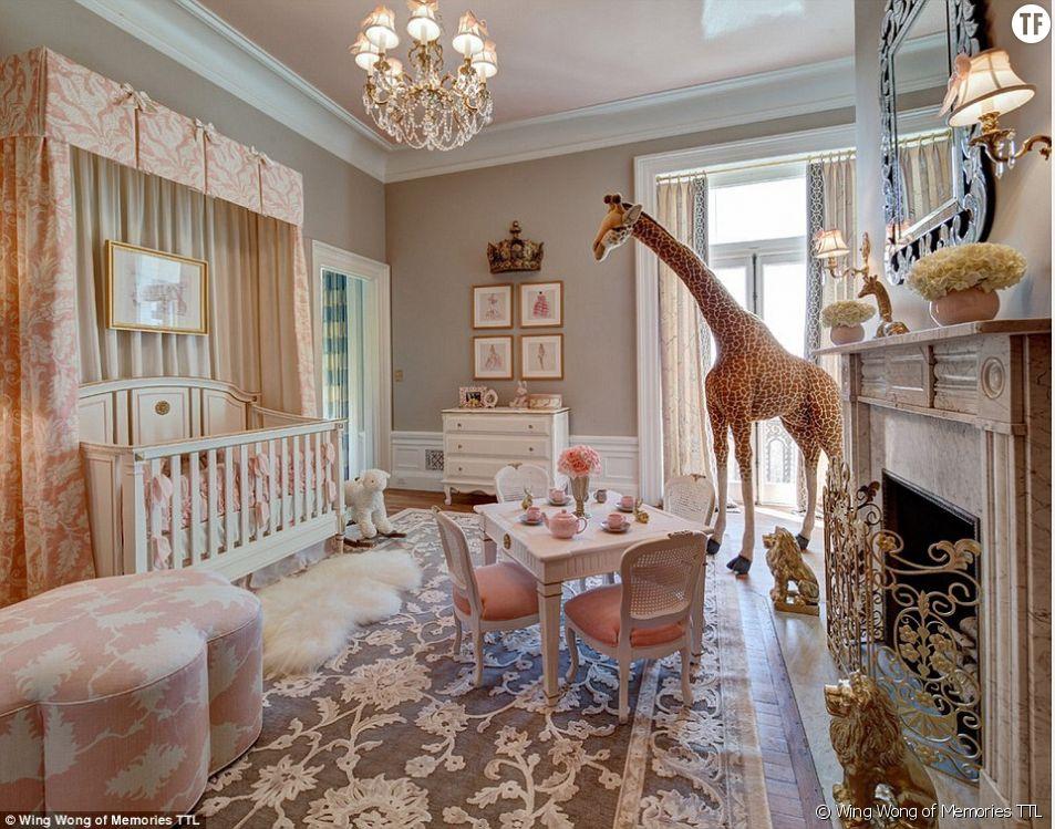 On aime beaucoup l'immense girafe qui trône au milieu de tout ce rose.