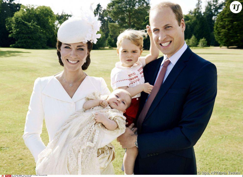 Charlotte et George dans les bras de leurs parents