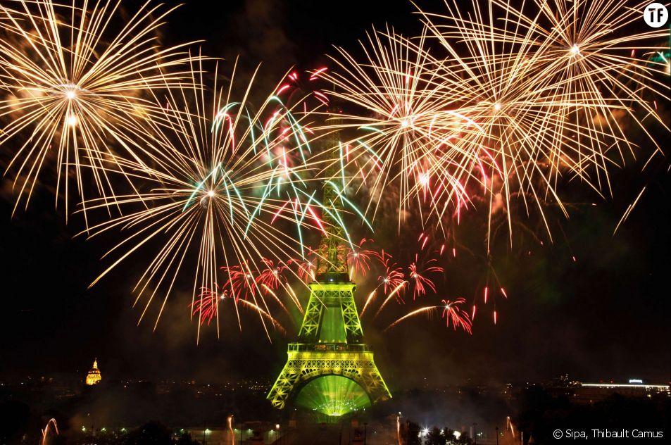 Le feu d'artifice du 14 juillet 2015 tiré depuis la Tour Eiffel à Paris.