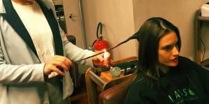 Brûler ses pointes de cheveux : pourquoi il ne faut pas céder à cette tendance beauté