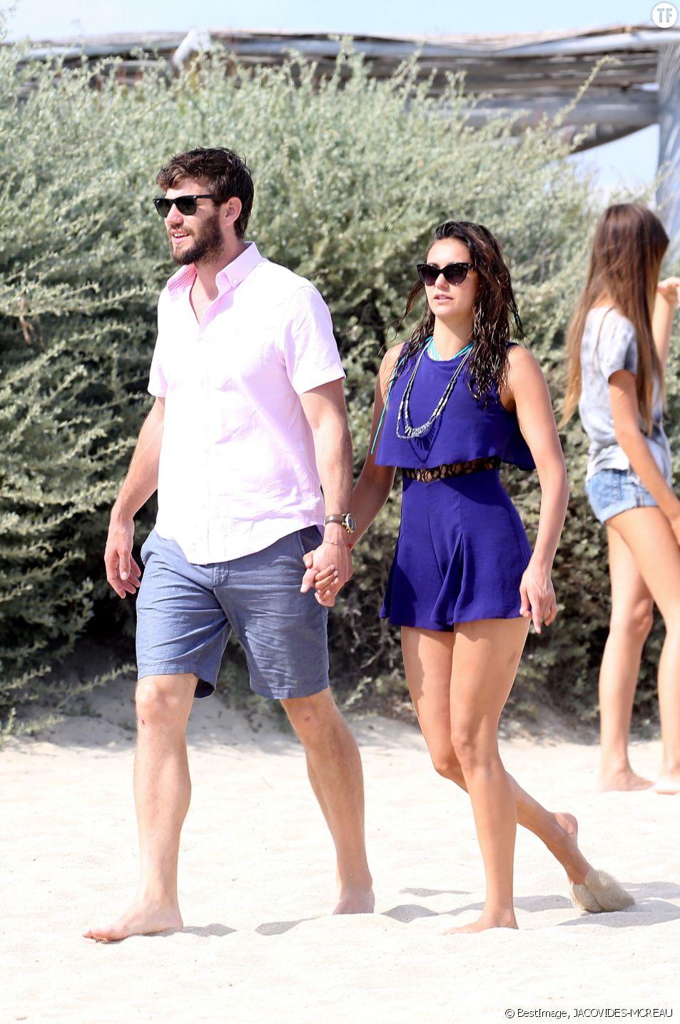 Nina Dobrev et son compagnon Austin Stowell en amoureux à Saint-Tropez