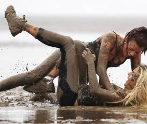Combats de boue : pourquoi les hommes sont-ils excités par des femmes qui se battent ?